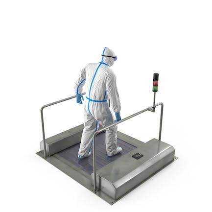 Mann im medizinischen Schutzanzug mit automatischem Schuh-Sohlenreiniger