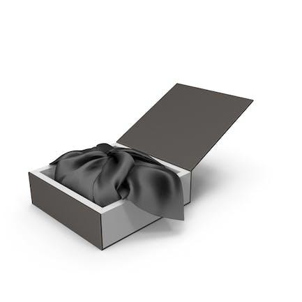 Geschenkverpackung aus schwarzem Stoff.