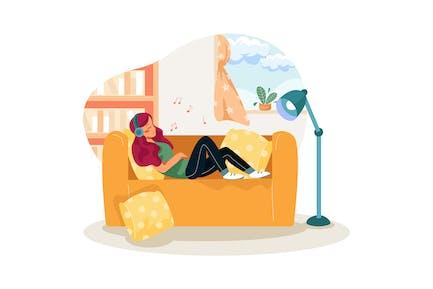 Mädchen hört Musik beim Schlafen auf der Couch