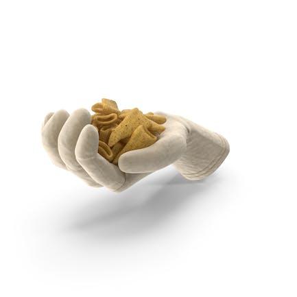 Guante puñado con bocadillos de maíz en forma de cono