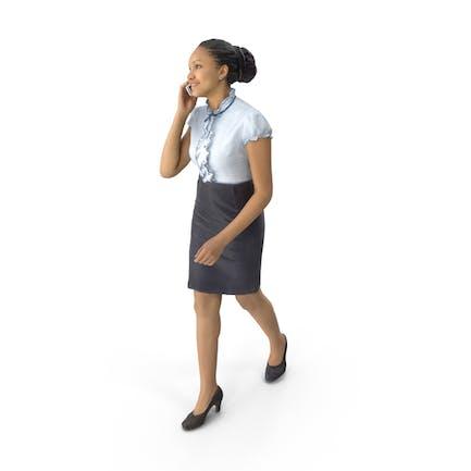 Mujer caminando en el teléfono