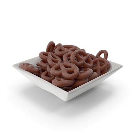 Cuenco cuadrado con pretzels cubiertos de chocolate