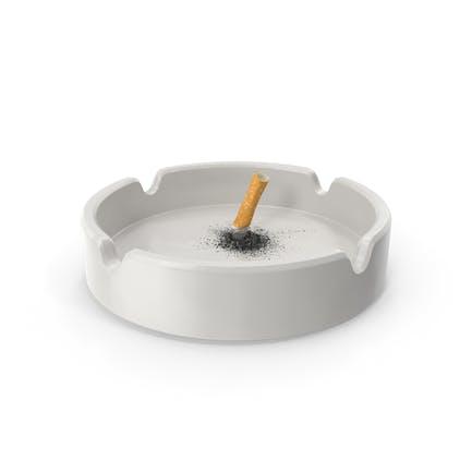 Apaga el cigarrillo en cenicero de porcelana