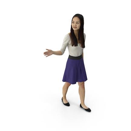 mujer caminando y gesticulando