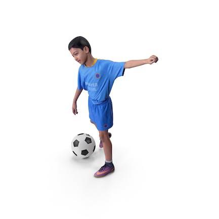 Jugador de fútbol infantil con pelota