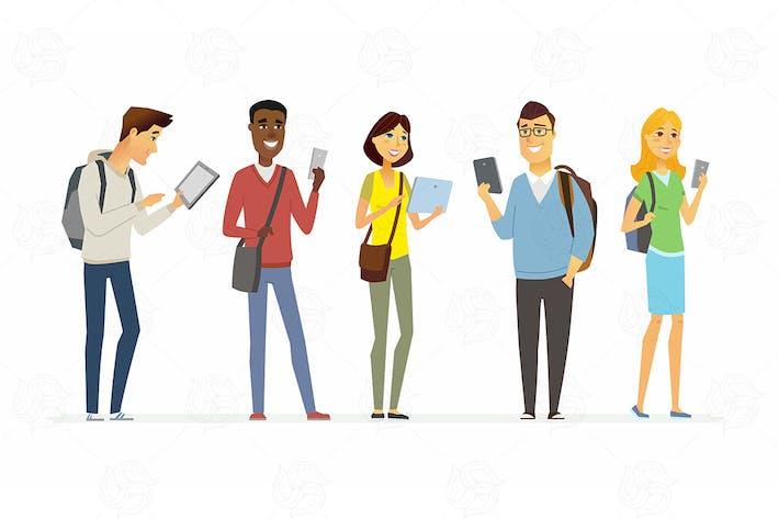 Glückliche Schüler überprüfen ihre Telefone