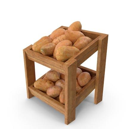 Estante de madera con patatas dulces